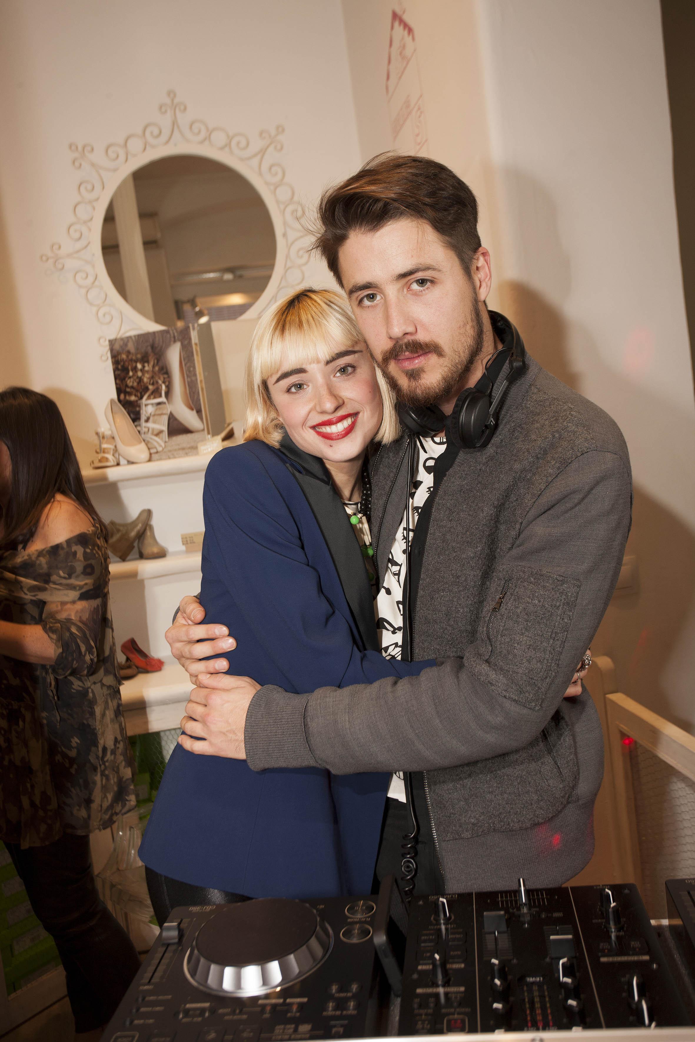 Miranda y su novio Pascal Moscheni, con camiseta Calypso de la coleccion MIranda for Lydia